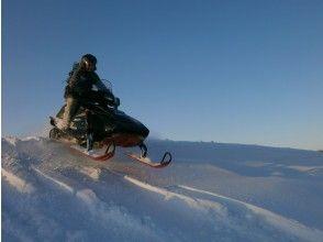 [Hokkaido Tokachi]Snowmobile open ride! Run through a wide ranch in Tokachi! It's OK for the first time ♪