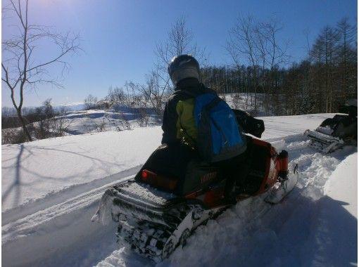 [Hokkaido Tokachi] run through the forest! Snowmobile touring ♪の紹介画像