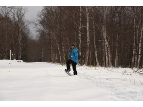 [Hokkaido Tokachi]Snowshoes trekking over the track ruins in the forest With hot sand lunch ♪