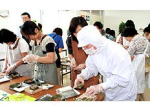[นารา Imamikado เมือง] ประสบการณ์ที่ทำด้วยมือของผู้เชี่ยวชาญใบซูชิพลับ! ภาพของ [ปลาทู, ปลาแซลมอนแผน 8 ชิ้น]