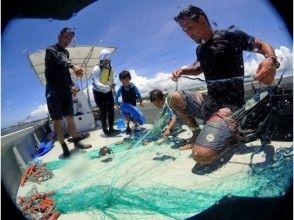 【沖縄・読谷村】沖縄で唯一!伝統漁法を体験できる〔追い込み漁コース〕体験中の写真プレゼントつき!