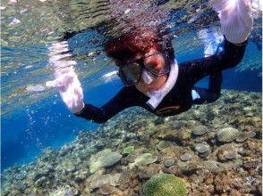 【沖縄・読谷村】壮大な珊瑚礁の中で熱帯魚とふれあう!〔シュノーケリングコース〕写真プレゼントつき!