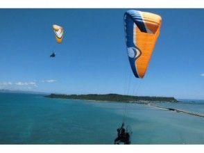 【沖縄・うるま】南国の風に乗ろう!海中道路を一望する絶景フライトの画像