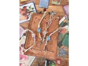 女性人気【キラ玉ストラップづくり】ガラス玉と芭蕉糸を使用。2名様から実施!ファミリー・カップルにおすすめ。南国のお土産やプレゼントにも。