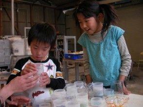 【兵庫・上郡町】初めての方も安心!制作、コップ ・花瓶・小鉢などを20分で制作〔吹きガラス体験〕の画像