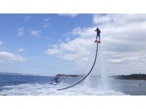 【沖縄・恩納村】水圧で空を飛ぶ!フライボード体験&日本初上陸!ハリケーンボートの画像