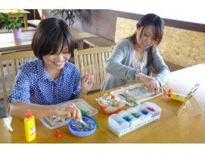 【沖縄・名護】色鮮やかな琉球ガラスや貝殻で飾る♪簡単オリジナルフォトフレーム作りの画像