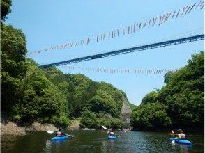 Looking up at Ryujinai Suspension Bridge and Japan's tallest bungee jump ★ Refreshing canoeing tour on the lake surface