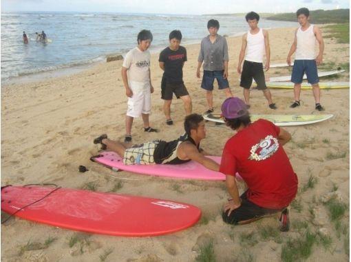 【沖縄・糸満市】ベテランガイドによるサーフィン体験スクール(120分)