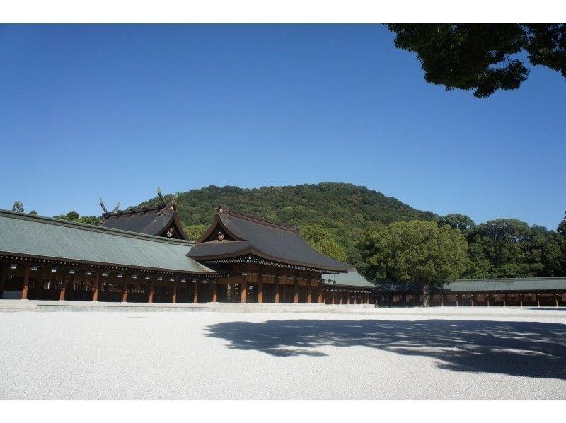 【奈良・伝統文化体験】「橿原神宮」畝傍山を背景に佇む内拝殿への長い廻廊を進み行く特別昇殿参拝の紹介画像
