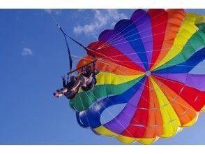 【沖縄・宜野湾】沖縄の海をパラセーリングで空中散歩♪お子様も安心して楽しむことが出来ます!の画像