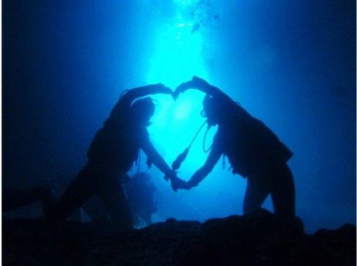 【오키나와 푸른동굴 체험다이빙】 푸른 동굴와 열대어 먹이주기 만끽! 전용 전세 ♪ 사진 &동화무료 ♪오키나와 현지인 가이드の紹介画像