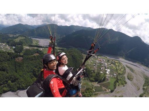 【静岡県・川根・大井川】2人乗り体験コース!パラグライダーで鵜山七曲りの大井川上空へ!(送迎あり)