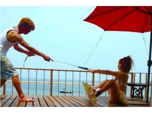 【大阪・阪南】1日たっぷり遊べる!ウェイクボード2セット体験(露天風呂&食事つき)〈女性同士がお得〉