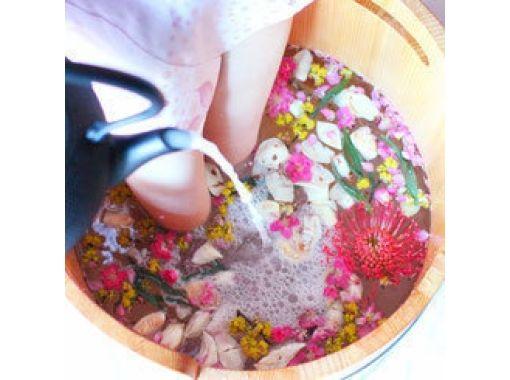 【京都・嵐山】旅の疲れを癒す♪五感で楽しむお花の足湯&フットマッサージ 〜雅・50分コース〜