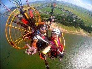 【滋賀県 琵琶湖】パラグライダーで琵琶湖上空へ!タンデムフライト体験コース(無料記念撮影付)の画像