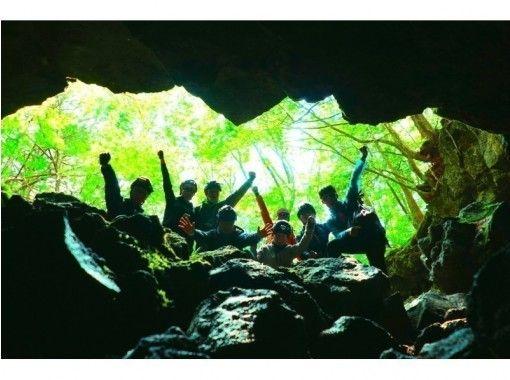 【大人気】このツアーで君も探検家!富士の樹海で大冒険!神秘な森の巨大洞窟探検〜氷の世界へ〜