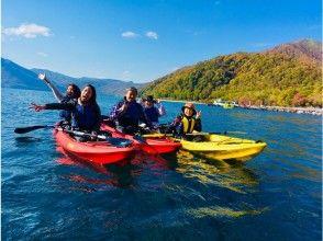 [Hokkaido, Lake Shikotsu] Clear kayak tour (autumn leaves season) Superb view! Tour photo present ♪
