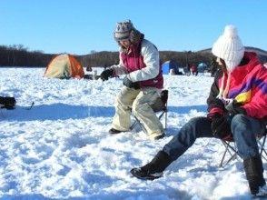 【北海道・網走】冬の網走・半日体験2プランセット「網走湖ワカサギ釣り」「白銀の世界!スノーシュー」の画像