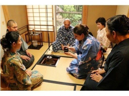 雑誌でも話題の「東京の離れ」。1300年の歴史、 緑に囲まれた美しい寺で、「91代住職」による茶道