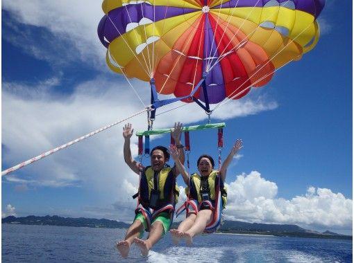 【沖縄・本島北部発】空中散歩とグラスボートで美ら海を満喫!パラセーリング体験&グラスボート