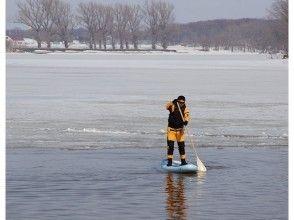 【北海道・札幌】神秘的な雪景色の支笏湖、ドライスーツでSUP体験&スパ♨ (SUP経験者限定)
