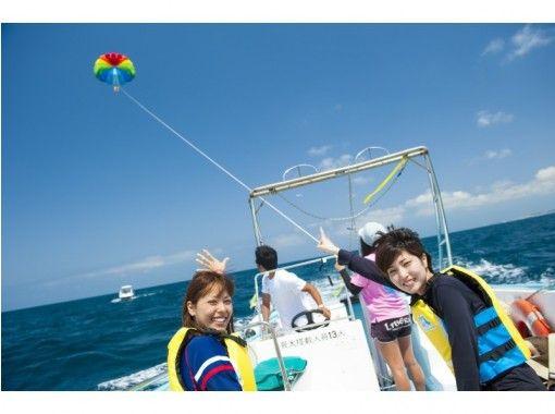 【沖縄・北谷】アラハビーチ沖ボートシュノーケル&パラセーリング☆水中写真撮影サービス&餌付け体験