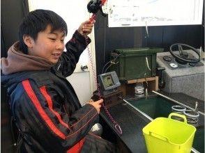 【山梨・山中湖】<~9名>ミニドーム船を貸切!手ぶらで参加わかさぎ釣り体験(バス停より徒歩30秒!)