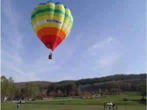 [Hokkaido ・ Tokachi ・ Hot air balloon 】 Early morning clear sky back to the Hidaka Mountains Hot air balloon Walk in the air ♪