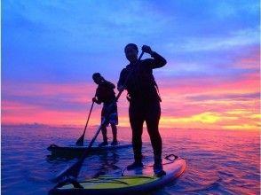 【読谷村開催】SUPで水平線に沈む夕陽を眺めるロマンチックツアー☆沖縄到着日も参加OK☆お風呂付☆