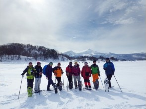 【福島・裏磐梯】初心者やシニアにおすすめ!雪の森と結氷した湖上をのんびりお散歩ツアー(午前/午後)