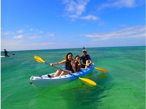 【沖縄・うるま市】海中道路沿いのエメラルドブルーに輝く海にてお楽しみ頂くカヤックツアー