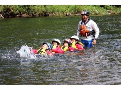 【北海道・ニセコ・尻別川】キッズ川下り★川の生物を探したり泳いだり3歳から参加できる家族向けプラン!