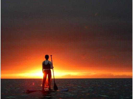 【美ら海水族館・今帰仁村周辺・穴場ビーチ開催】1日1組限定!オレンジ色に染まる海へ漕ぎ出そう!サンセットSUPクルージングの紹介画像