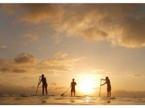 【沖縄・北部】1組限定!!オレンジ色に染まる海へ漕ぎ出そう![サンセットSUPクルージングコース]