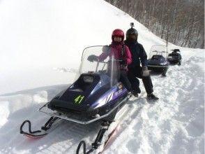 [ฮอกไกโด Furano] การเดินทางไปทั่วโลกปกคลุมไปด้วยหิมะ! สโนว์โมบิล! ! ★ 1 ที่นั่ง· 340cc ★ภาพของ