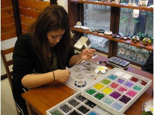 【沖縄・石垣島】キラキラ天然石で「ブレスレット手作り体験」小さなお子様も簡単に作れます!