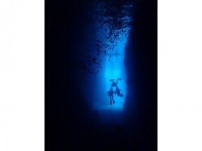 【沖縄・恩納村】ホテル空港無料送迎★完全スタッフ1組貸切!青の洞窟体験ダイビング水中写真&餌付無料