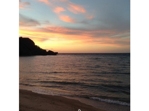 【沖縄・宜野座】夕日を見ながら♪サンセットビーチヨガ&島ベジ料理ディナー