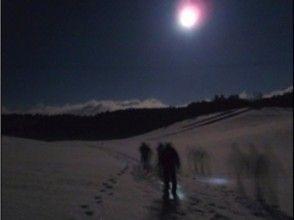 【長野・スノーシュー】夜の雪原を歩こう!かんじきナイトトレッキングで星空の散歩体験の画像