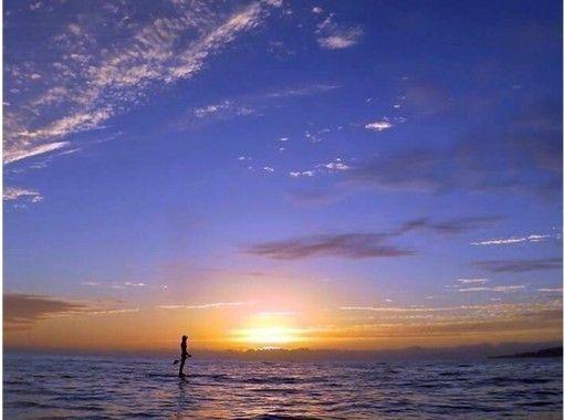 【沖縄・今帰仁村】1日1組限定!SUPで優雅に沈む夕日を!サンセットプラン+フォトツアー(90分)