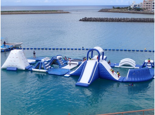 【沖縄・北谷】★4名様以上で団体割引★【海上アスレチック】学生旅行・家族旅行におすすめ♪