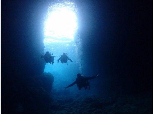 【沖縄・青の洞窟】人気の青の洞窟+白い砂、サンゴの海。体験ダイビング2ダイブ