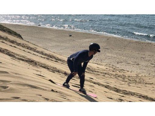 [鳥取-鳥取沙丘]驚險!如果你滑了一次,它就會讓人上癮! ?一個接一個上癮! Sandboard體驗の紹介画像
