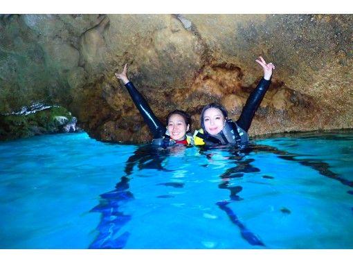 [沖縄縣恩納村]藍洞啟發浮潛之旅和體驗深潛長(帶照片和餵養呼吸管)の紹介画像