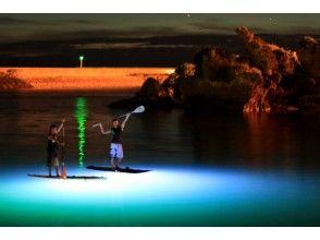 【沖縄・読谷】夜の海を照らしながら幻想的な非日常世界へ★ナイトSUPコース