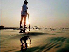 【沖縄・読谷】サンセットも幻想的な夜の海も楽しめちゃう★サンセットクルーズ&ナイトSUPコース