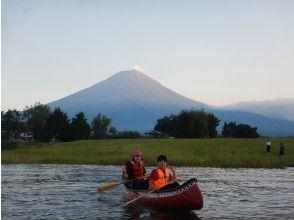 [山口县川口湖]黄昏划独木舟体验・ 90分钟路线・即使在电晕中也很可靠・在避开3人的同时在室外玩耍!乘独木舟在湖上漫步和回忆之旅