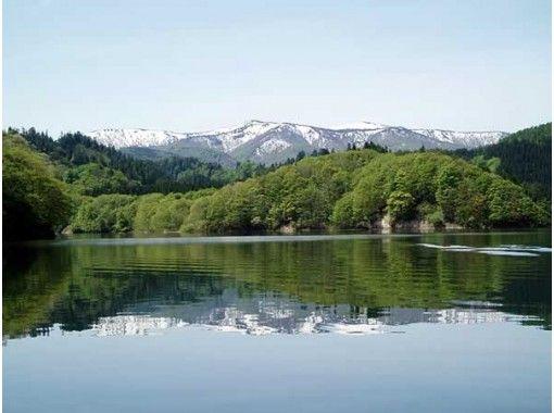 【秋田・北秋田市】四季折々の風景を楽しむ♪ 太平湖遊覧船と秘境散策