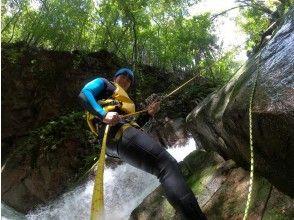 【三重・亀山・キャニオニング】12歳~【中学生以上】極限の川遊び!川と山の大自然を冒険!亀山キャニオンコース 希望者送迎あり